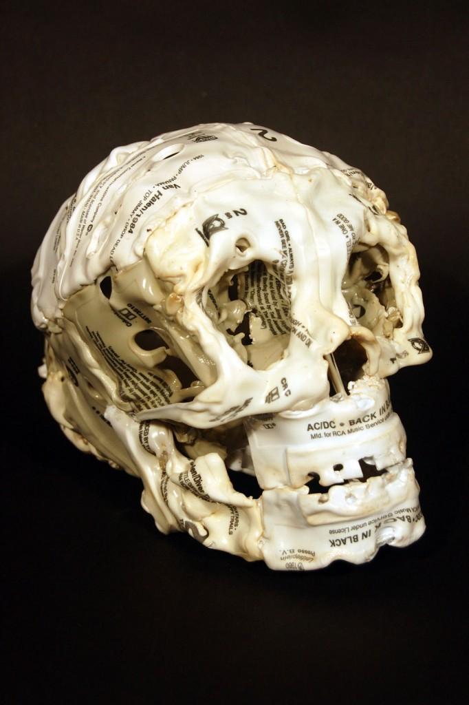 череп из аудиокассет